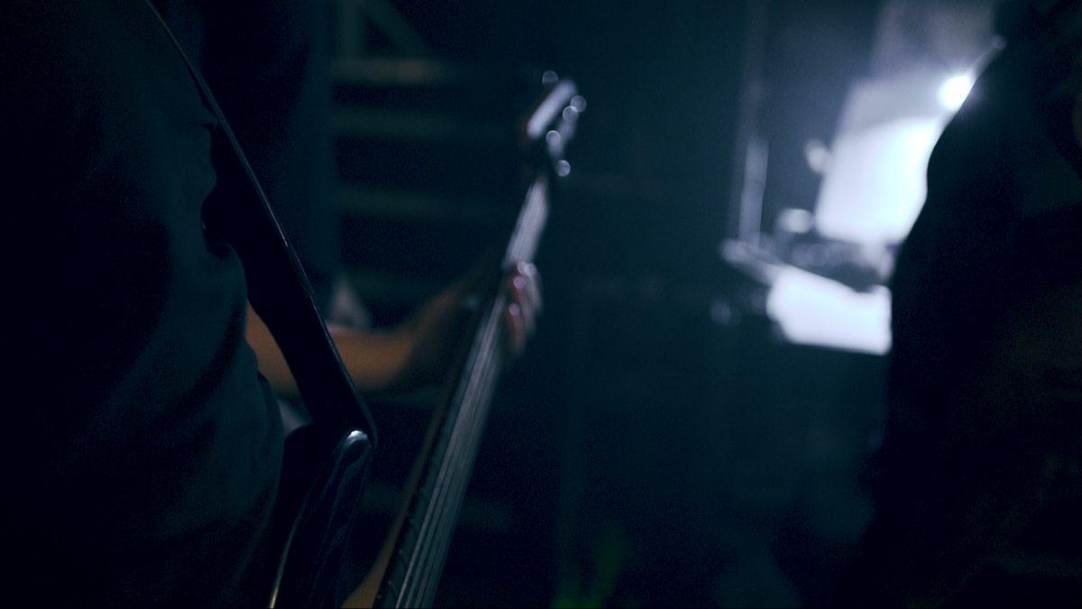 Glasperlenspiels bass tec behind the stage